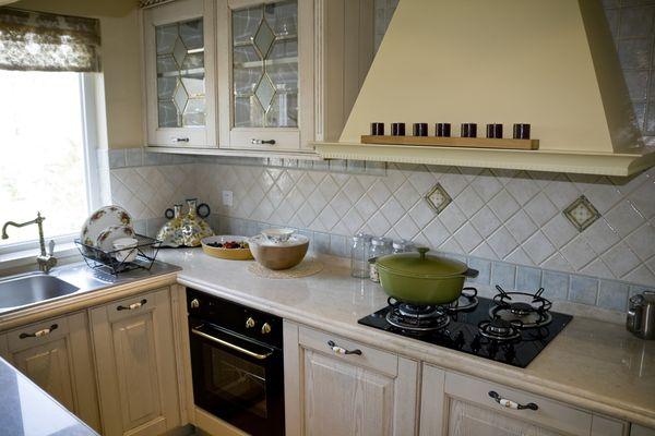 Интерьер кухни Г-образной формы