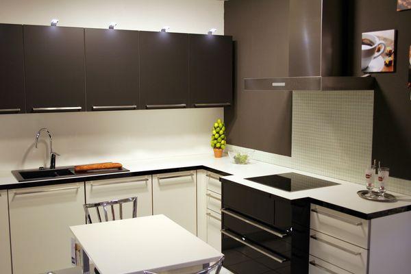 Интерьер угловой чёрно-белой кухни