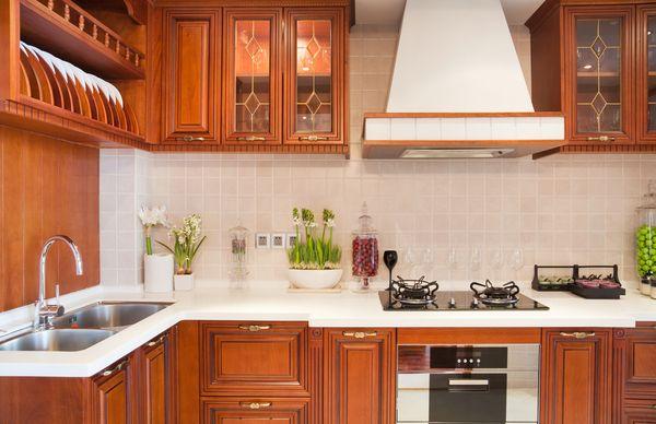 Интерьер кухни со стеклянными антресолями