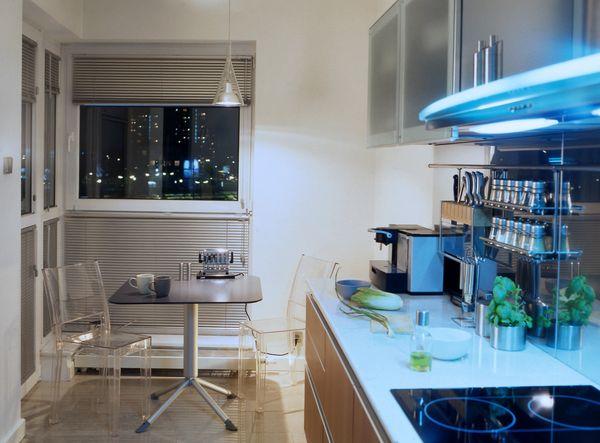 Интерьер кухни с прозрачной мебелью