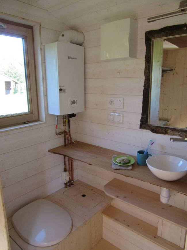 Дизайн дома на колёсах. В ванной комнате всё очень просто, там же биотуалет