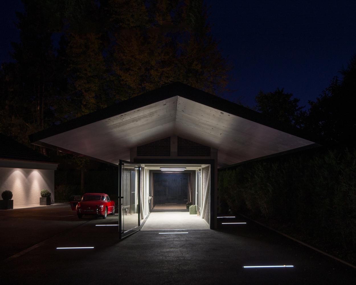 Вечернее освещение гаража с навесом