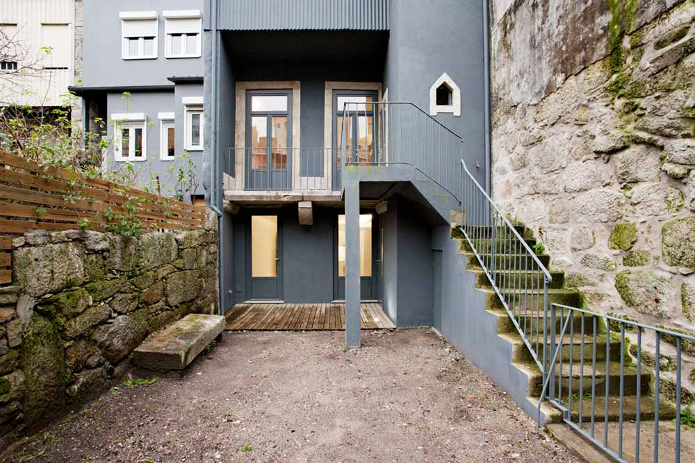 Интерьер маленькой квартиры-студии в светлых оттенках - дворик