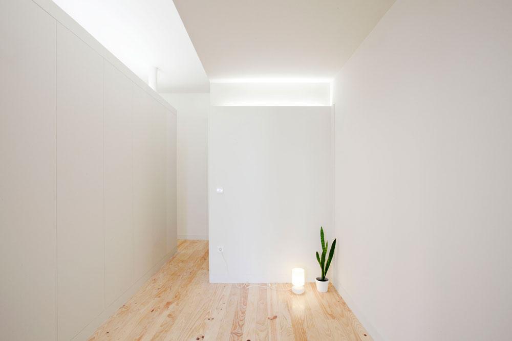 Интерьер маленькой квартиры-студии в светлых оттенках - одинокий цветок