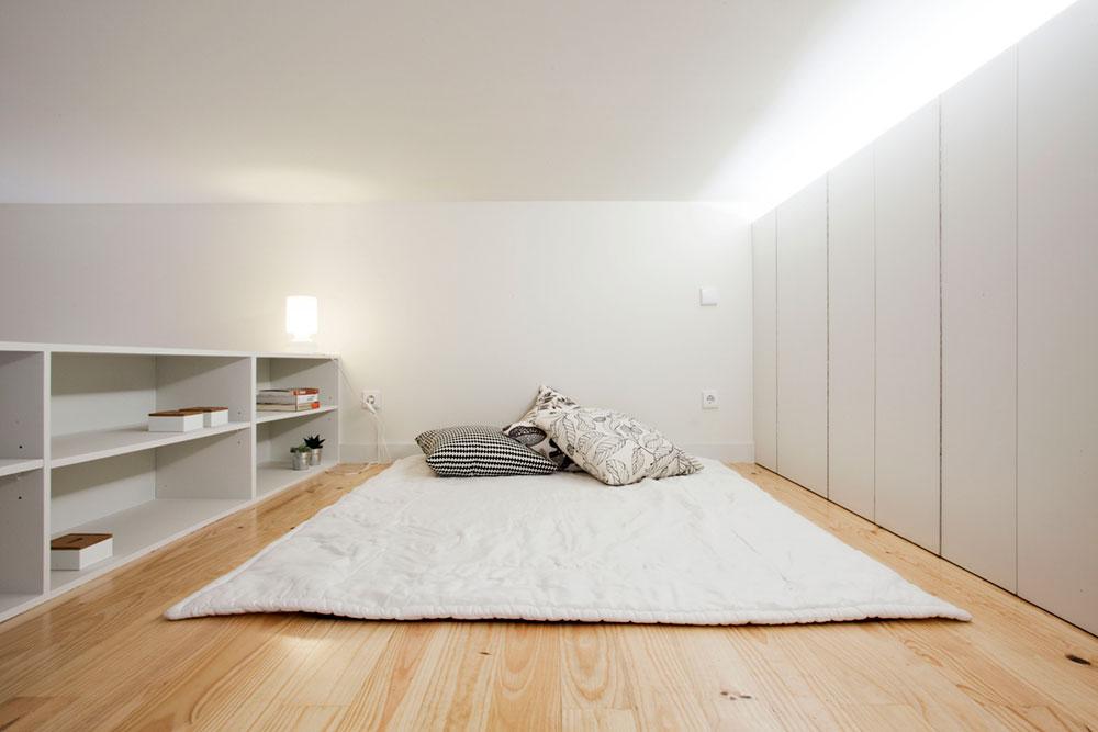 Интерьер маленькой квартиры-студии в светлых оттенках - спальня