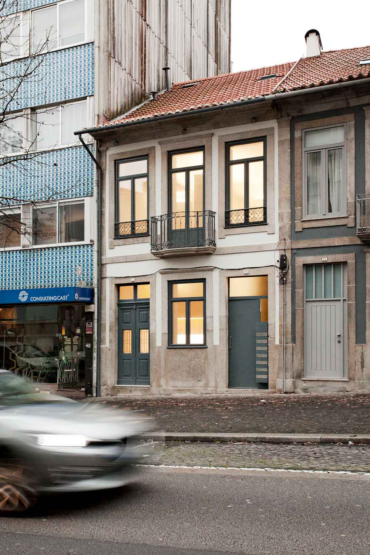Интерьер маленькой квартиры-студии в светлых оттенках - фасад дома