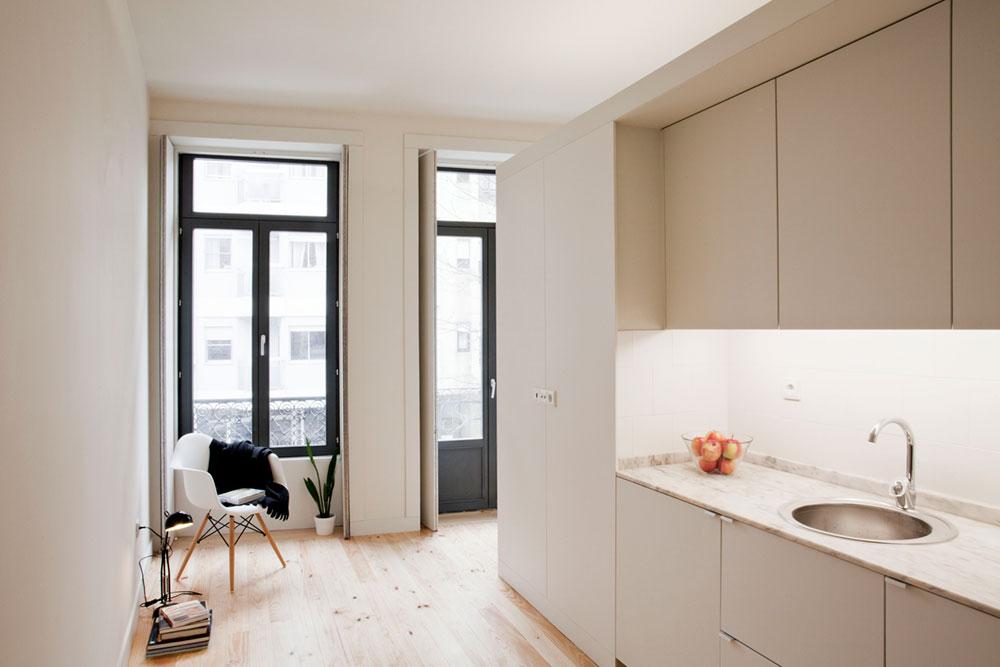 Интерьер маленькой квартиры-студии в светлых оттенках - интерьер кухни