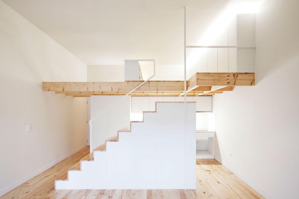 Интерьер маленькой квартиры-студии в светлых оттенках - лестница сбоку