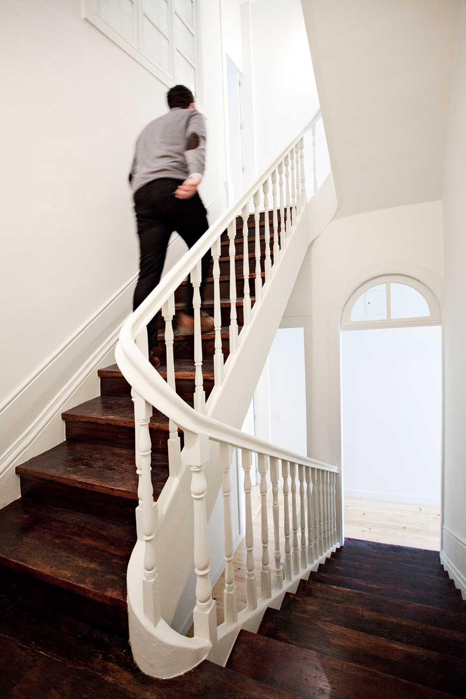 Интерьер маленькой квартиры-студии в светлых оттенках - лестница в доме