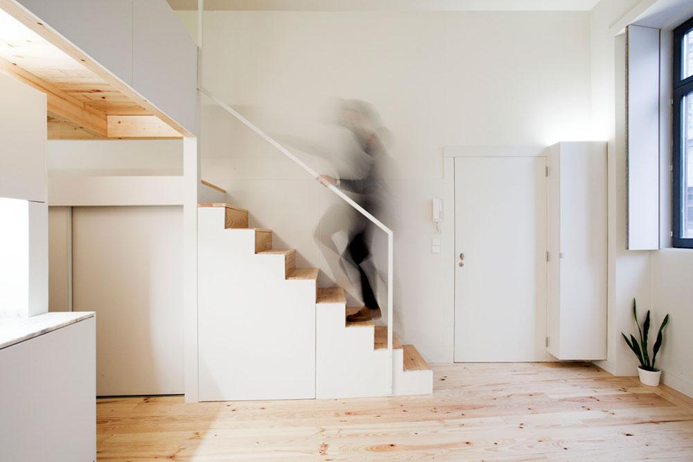 Интерьер маленькой квартиры-студии в светлых оттенках - лестница
