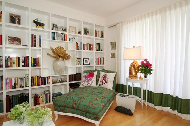 Встроенный книжный стеллаж во всю стену