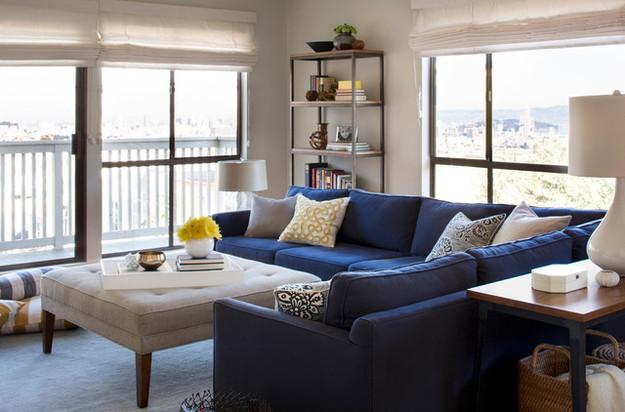 Угловой диван в гостиной с панорамными окнами