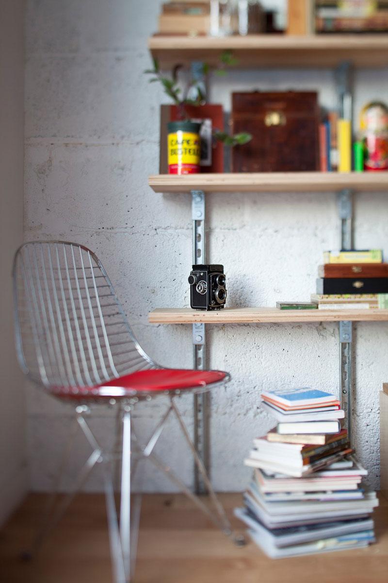 Небольшая рабочая зона в интерьере маленького дома-студии