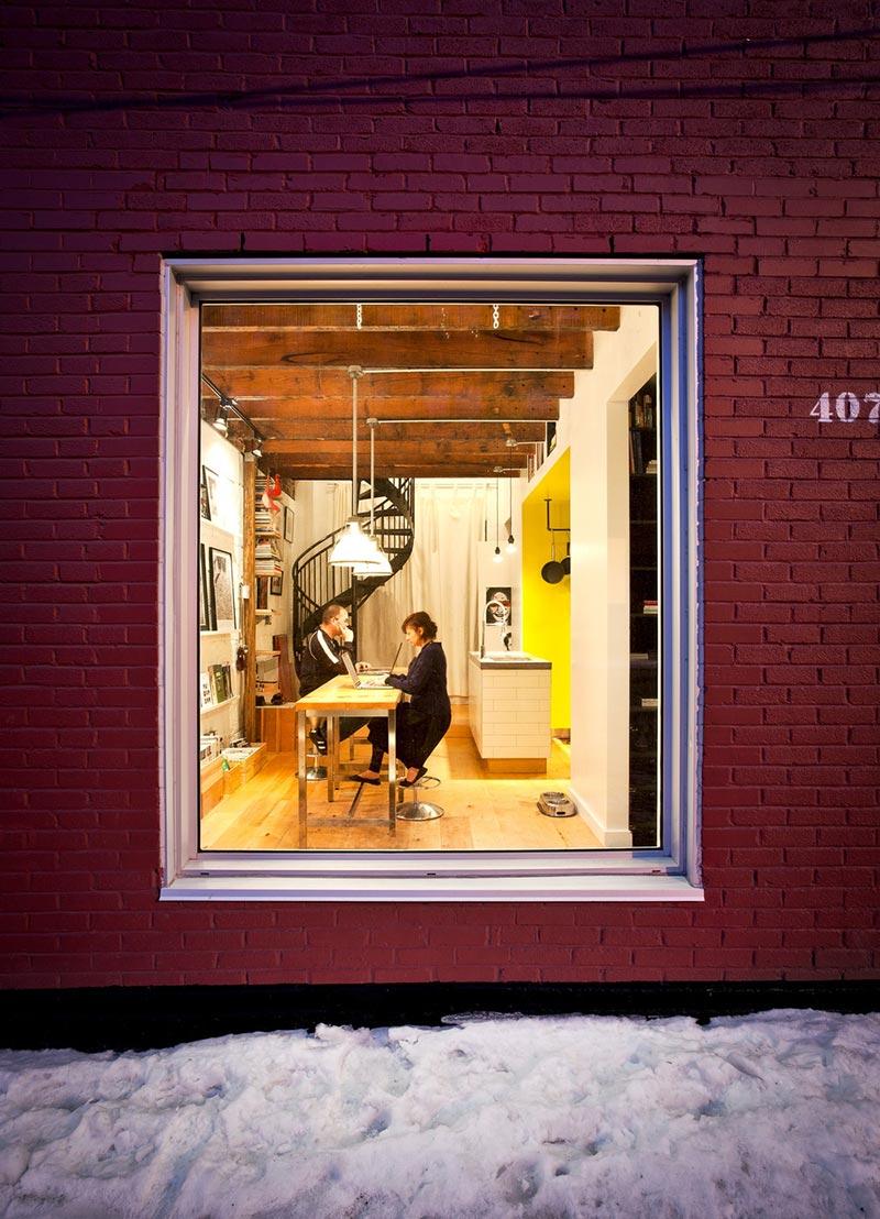 Большое окно в маленьком доме-студии