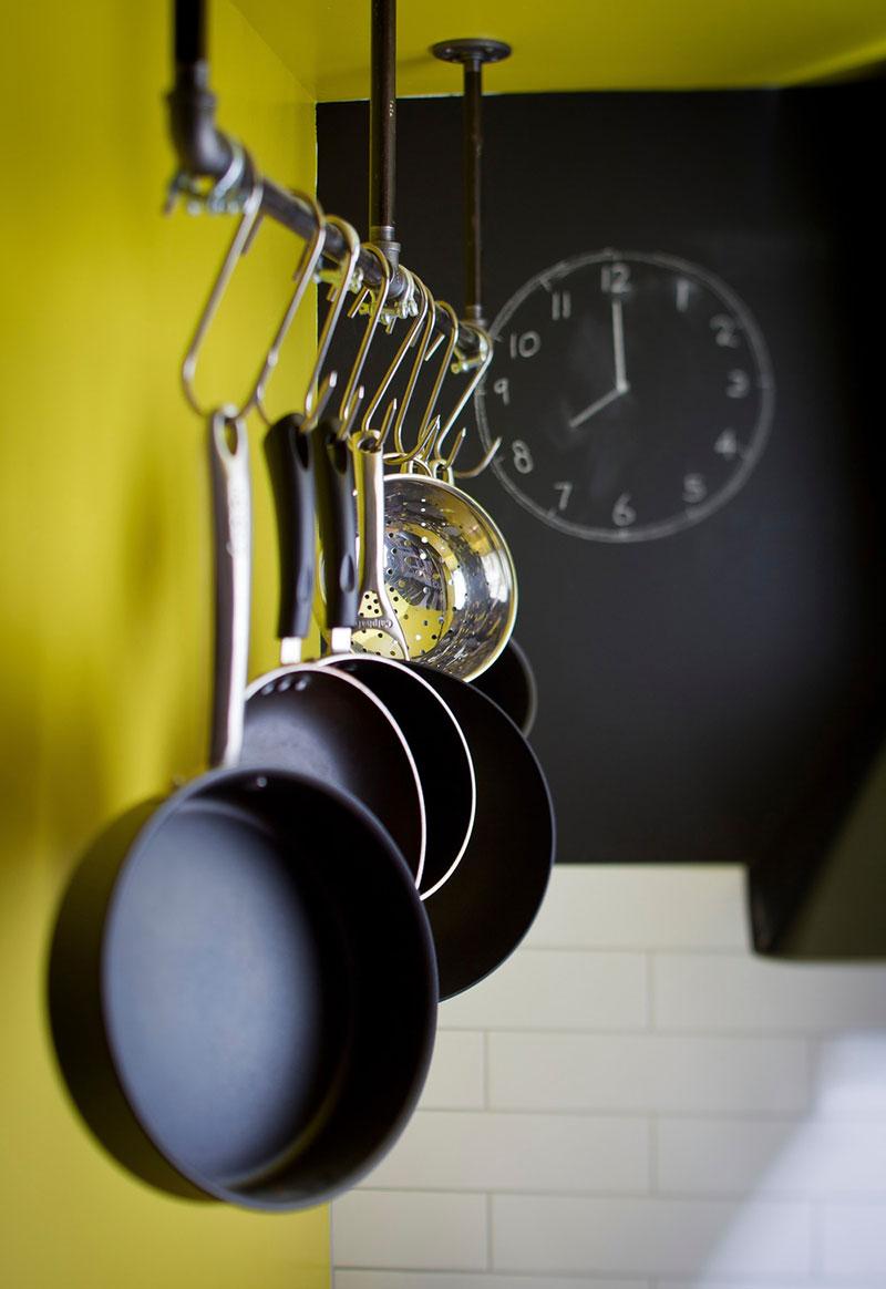 Вешалка для сковородок в интерьере маленького дома-студии
