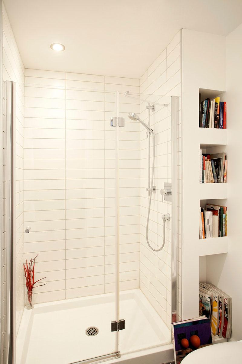 Интерьер ванной комнаты в маленьком доме-студии