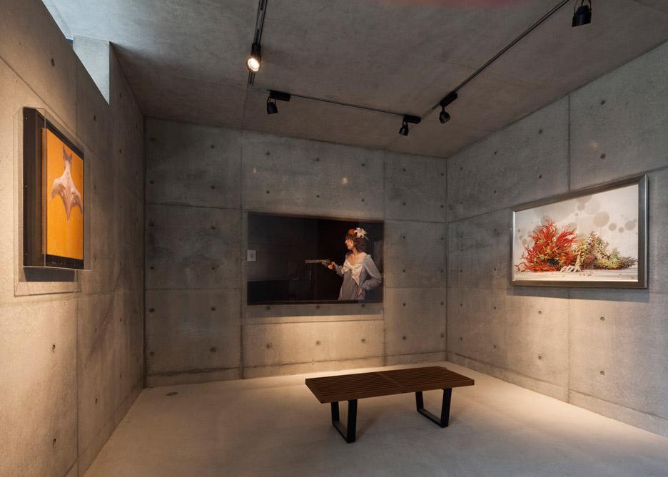 Интерьер галереи в маленьком доме-студии