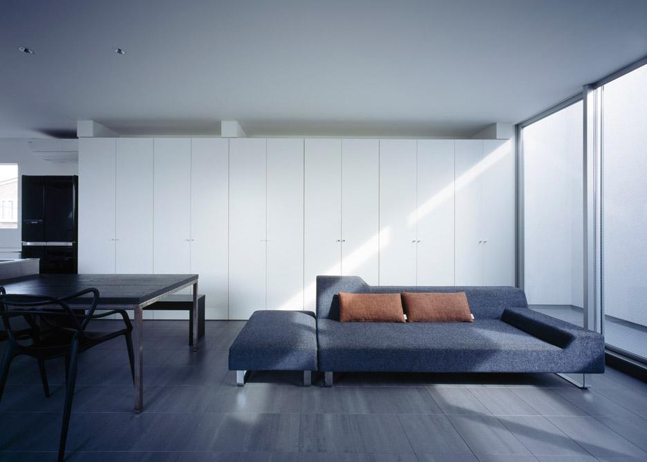 Интерьер гостиной в маленьком доме-студии