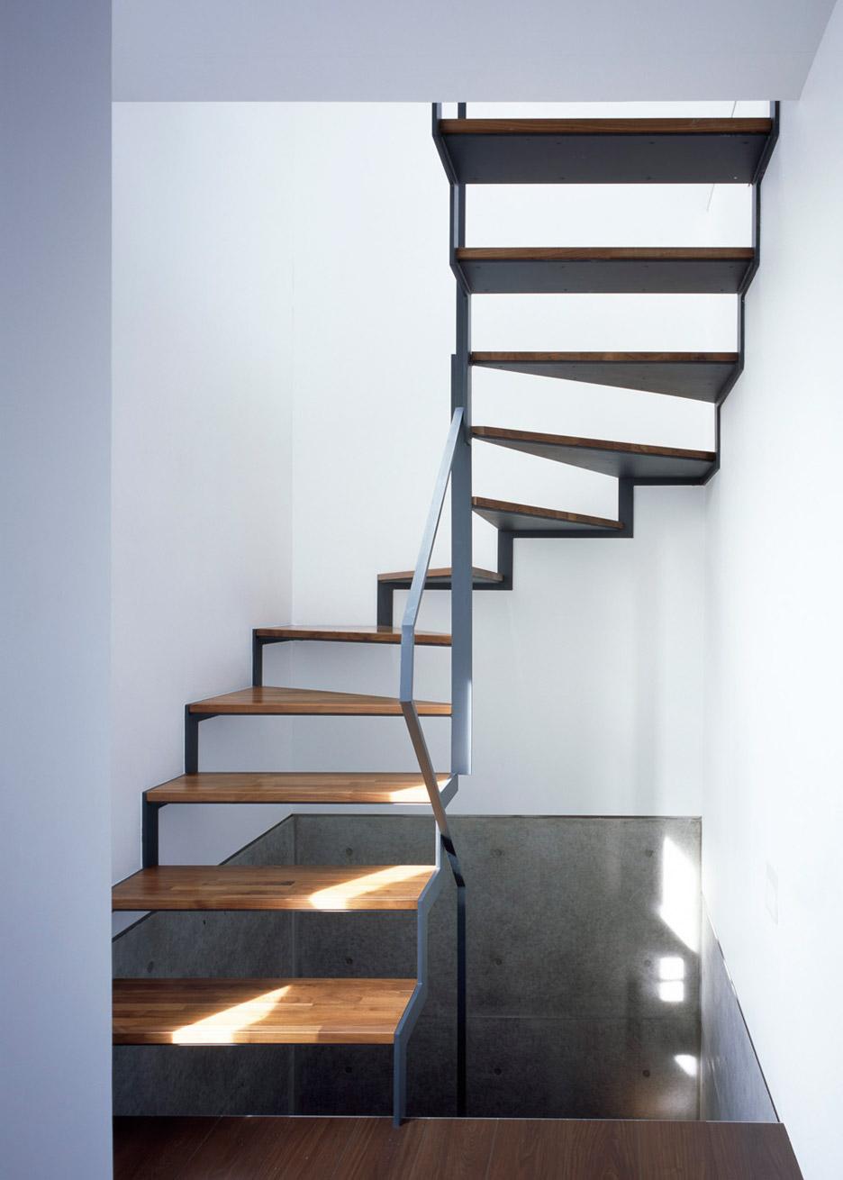 Лестница в интерьере маенького дома-студии