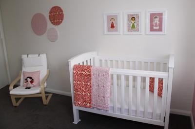 Интерьер маленькой детской для девочки