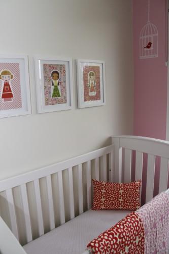 Стеллаж в маленькой детской для девочки