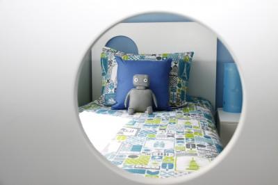 Кровать в маленькой детской для мальчика