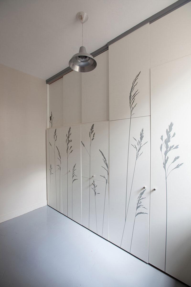 Большой шкаф в маленькой комнате