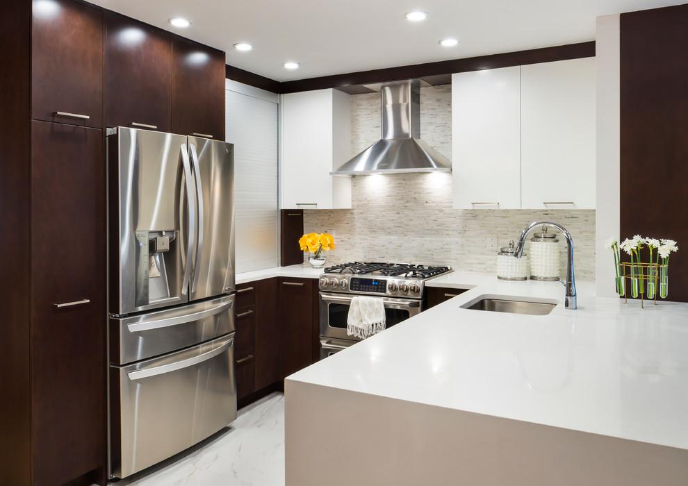 Сочетание белого и коричневого в дизайне интерьера маленькой кухни