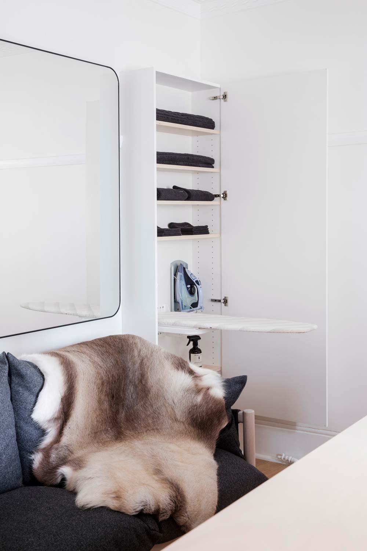 Дизайн интерьера маленькой квартиры в Сиднее - шкура на диване