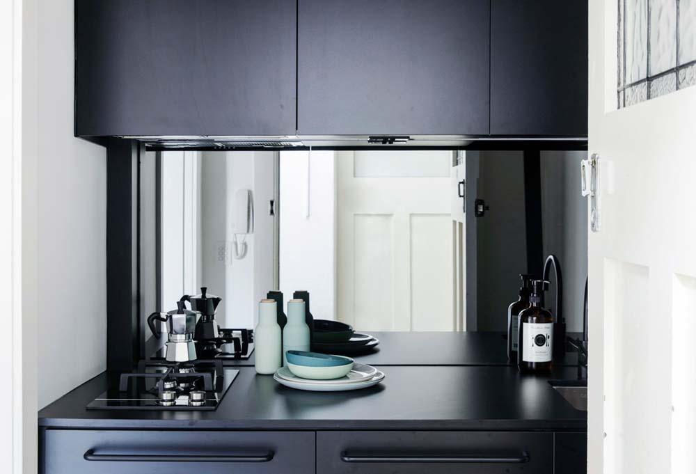 Дизайн интерьера маленькой квартиры в Сиднее - тёмный гарнитур