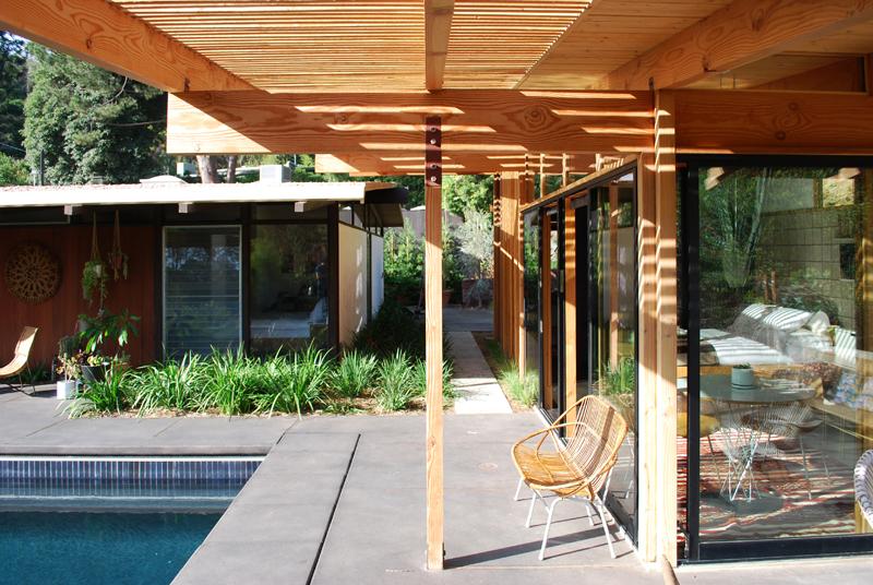Дизайн небольшого дома с бассейном и террасой
