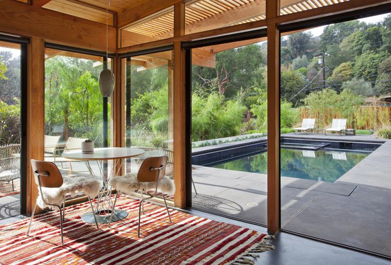 Дизайн небольшого дома со стеклянными стенами