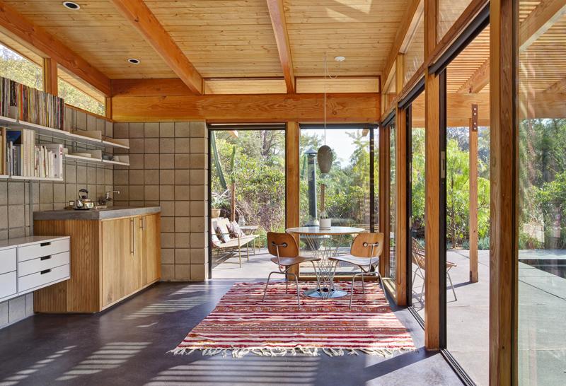 Маленькая кухня со стеклянными стенами