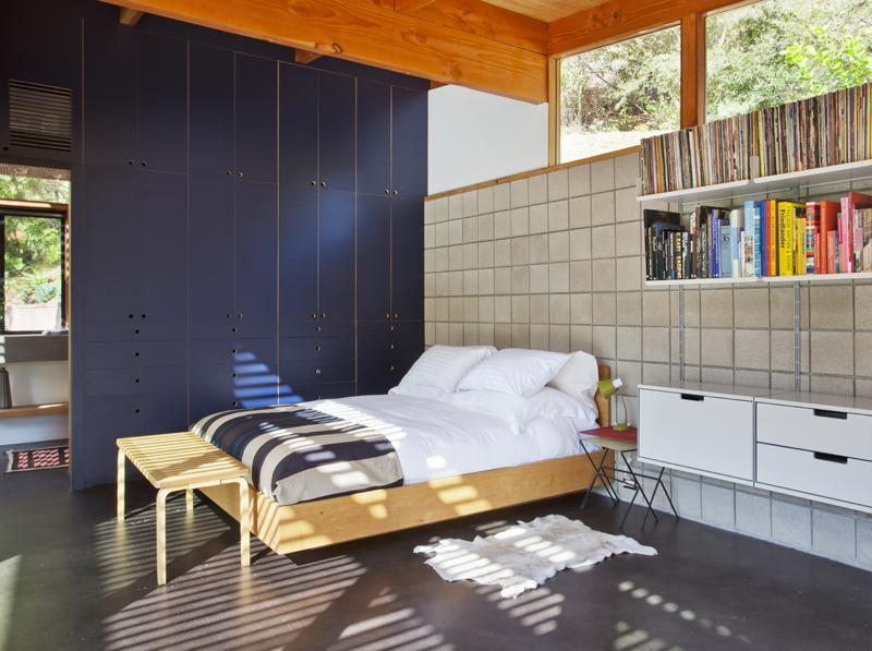 Маленькая хорошо освещённая спальня