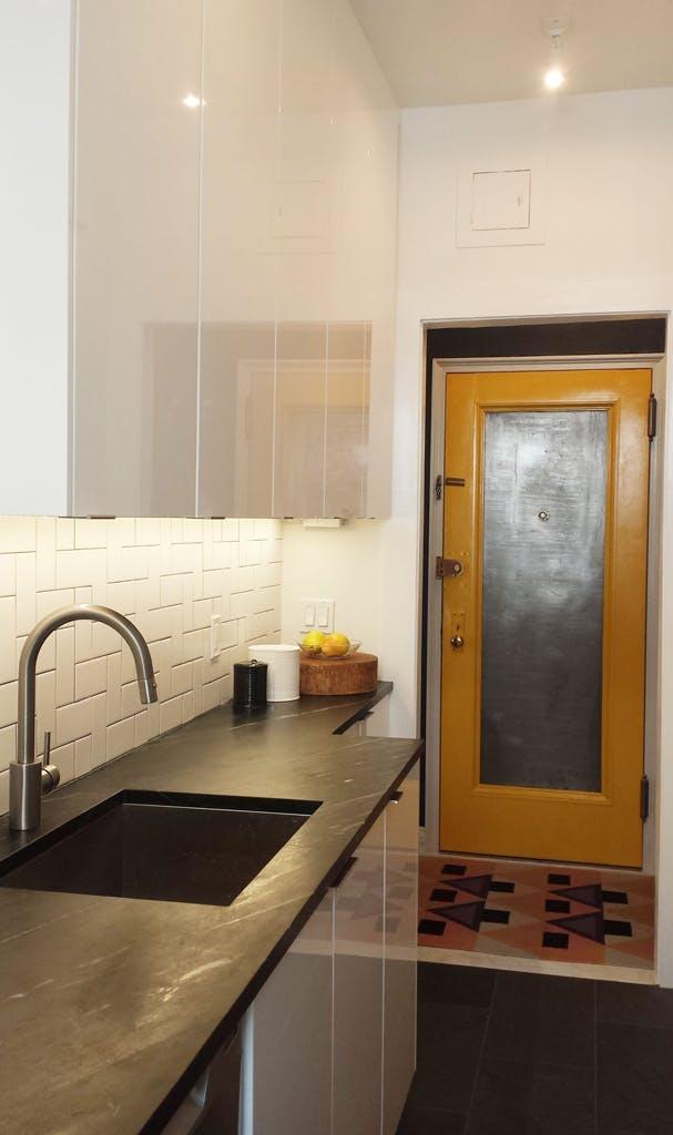 Интерьер очень маленькой кухни. Чёрный грифельный пол