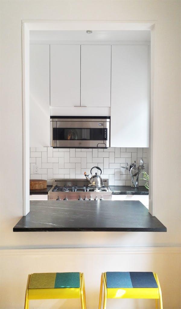 Интерьер очень маленькой кухни. Вид кухни из гостиной
