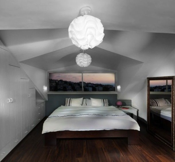 Интерьер небольшой мансардной спальни