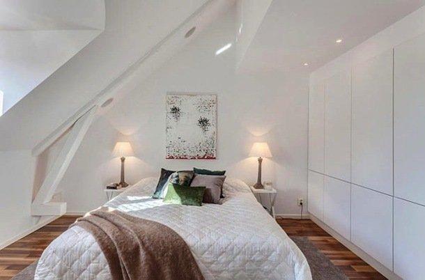 Интерьер небольшой мансардной спальни в белом цвете