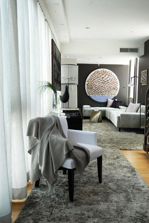 Интерьер небольшой гостиной в чёрно-белой палитре