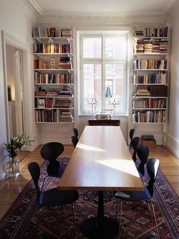 Книжные стеллажи в столовой
