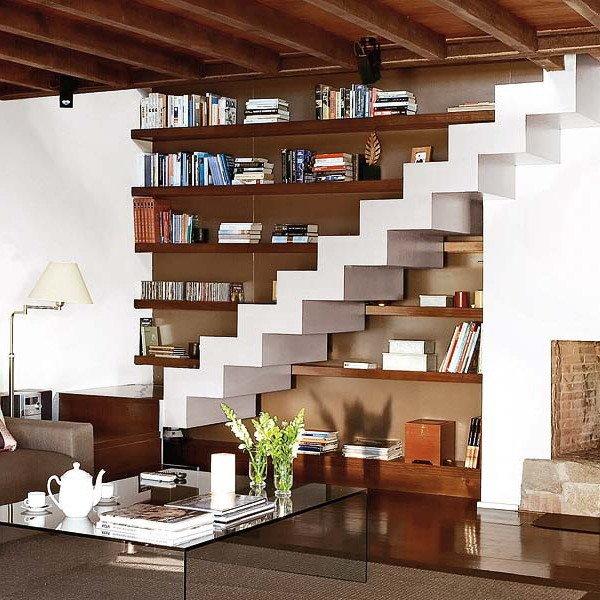 Книжный стеллаж вдоль лестницы