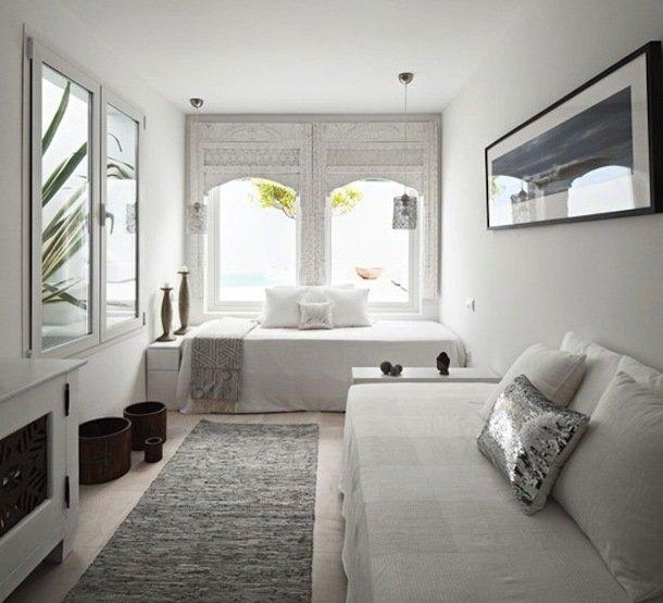 Интерьер небольшой спальни в белом цвете