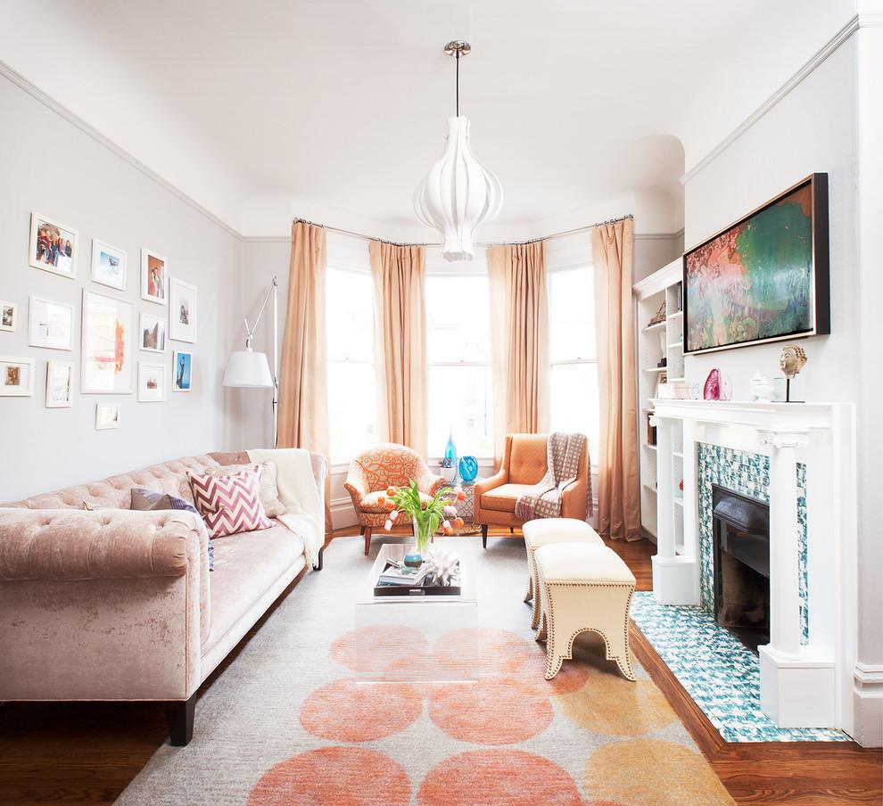 Антикварные кресла в гостиной с камином