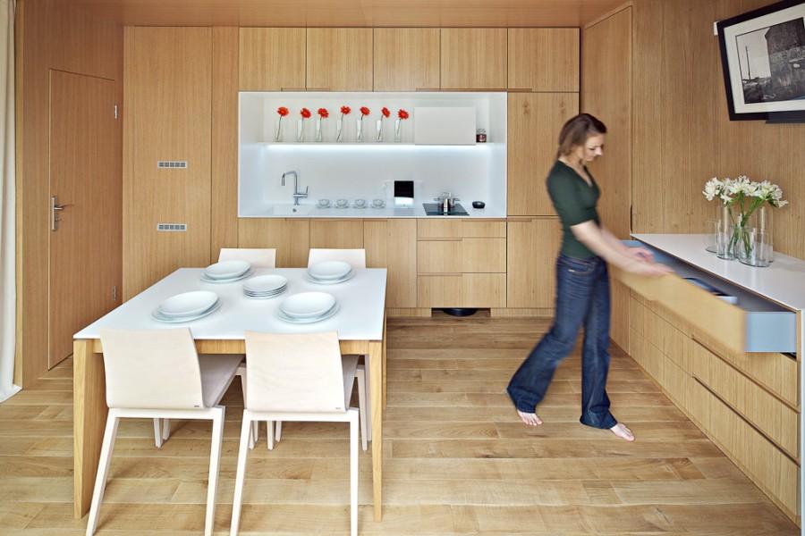 Дизайн крошечной квартиры в светлом дереве