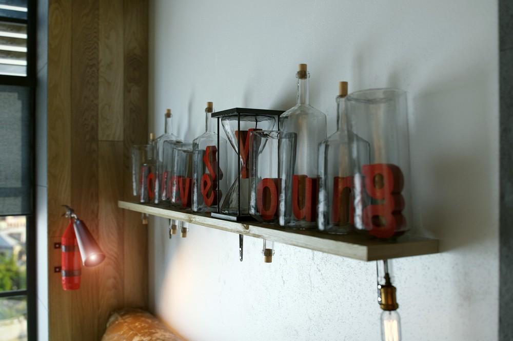 Оригинальные свечи на полке