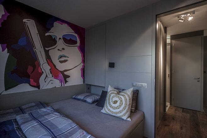 Спальня стильной квартиры для холостяка