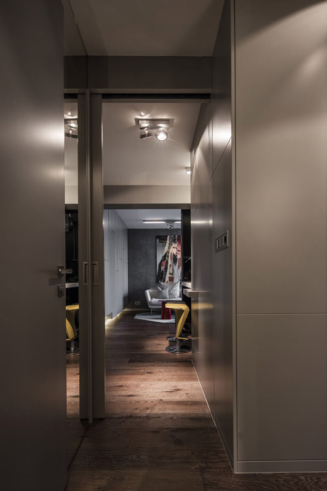 Коридор стильной квартиры для холостяка