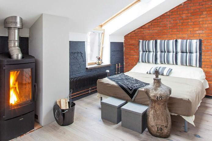 Спальня с камином маленькой студии в стиле лофт