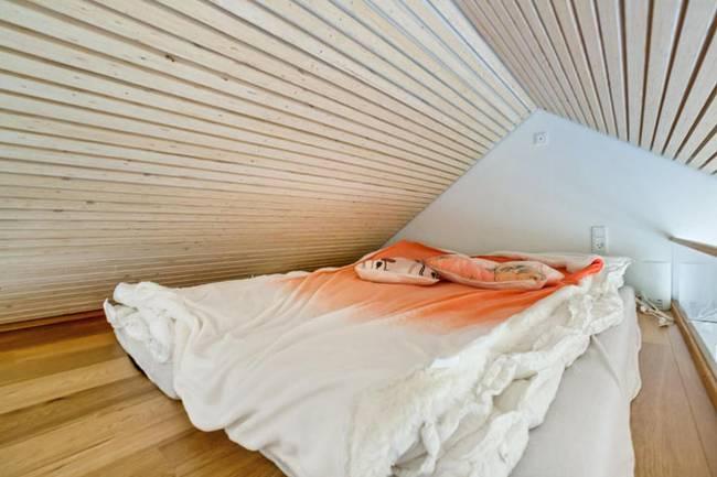 Спальня под потолком в маленьком частном доме