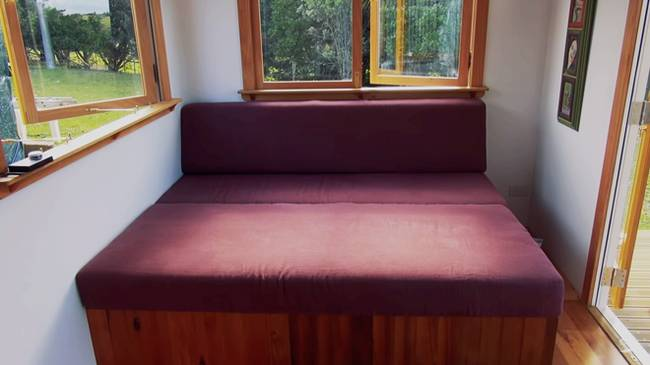 Дизайн маленького частного дома: диван с передвижными ящиками для хранения